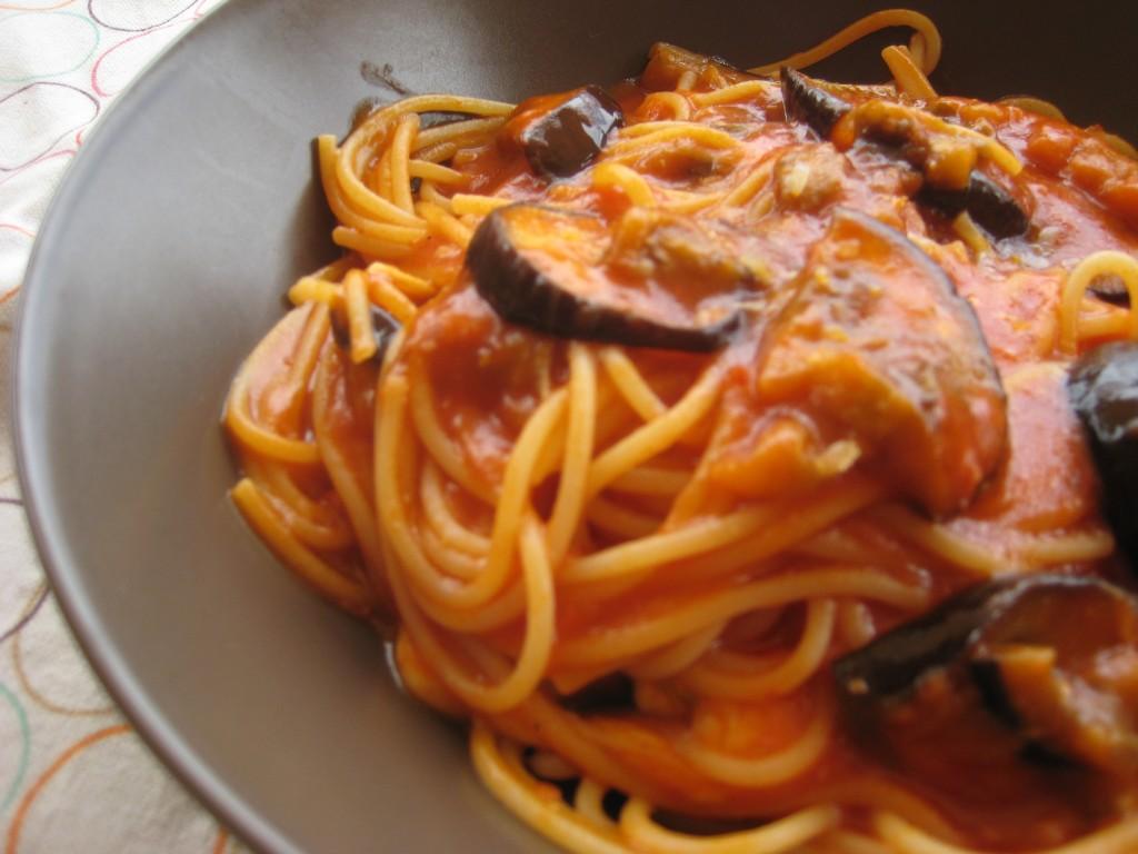 Spaghetti z sosem pomidorowym i grillowanym bakłażanem