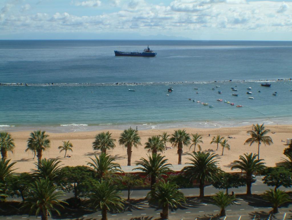 Plaża z jasnym piaskiem na Teneryfie