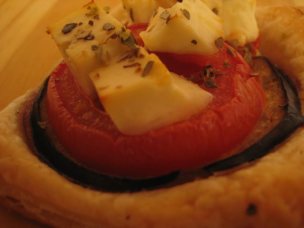 Ciasteczka z bakłażanem, pomidorami i fetą
