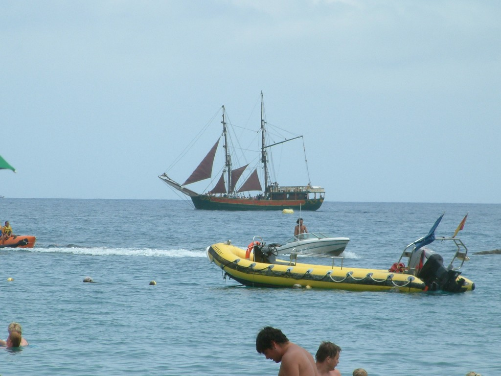 Statek przy plaży Las Vistas w Los Cristianos